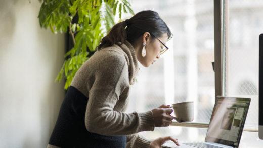 Pregnant woman using a laptop
